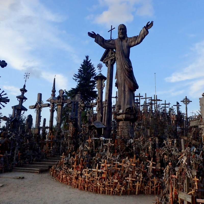 hill_of_crosses_pakruojis_manor1.jpg